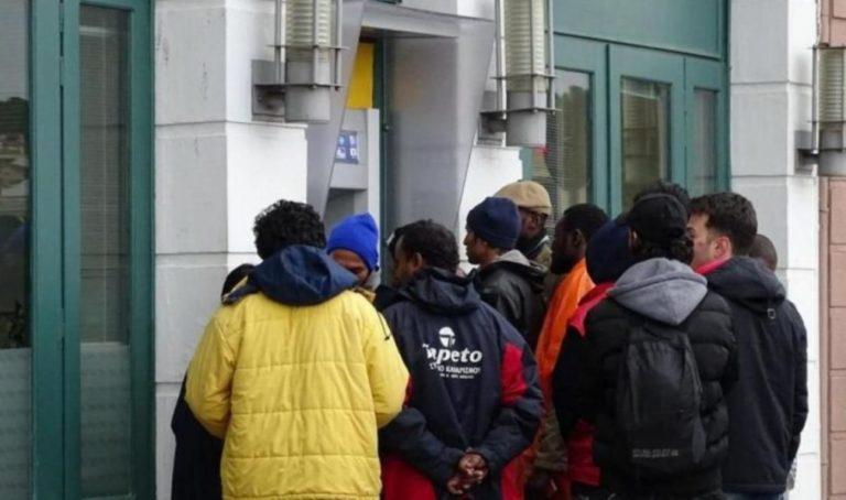 Σταματά η καταβολή χρηματικού βοηθήματος στους αιτούντες άσυλο έως ότου τοποθετηθούν ΑΤΜ εντός των δομών