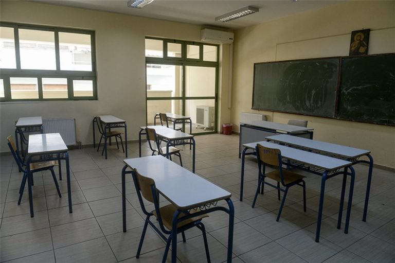 Σχολεία: Θα ανοίξουν με 15 μαθητές ανά τάξη, αποστάσεις 1,5 μέτρου και μεμβράνη στους υπολογιστές